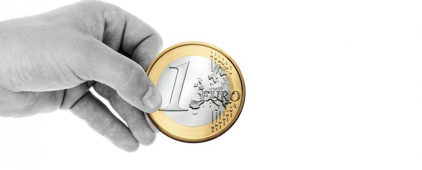 Une main qui tien une pièce de un euro